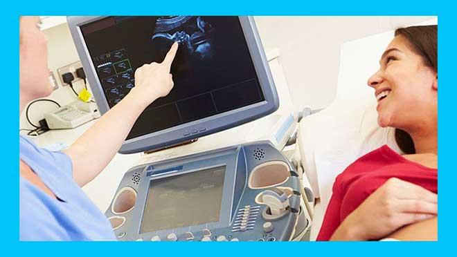 врач показывает пациентке результаты УЗИ