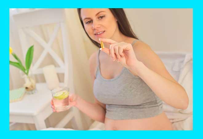 Женщина принимает витамин Е